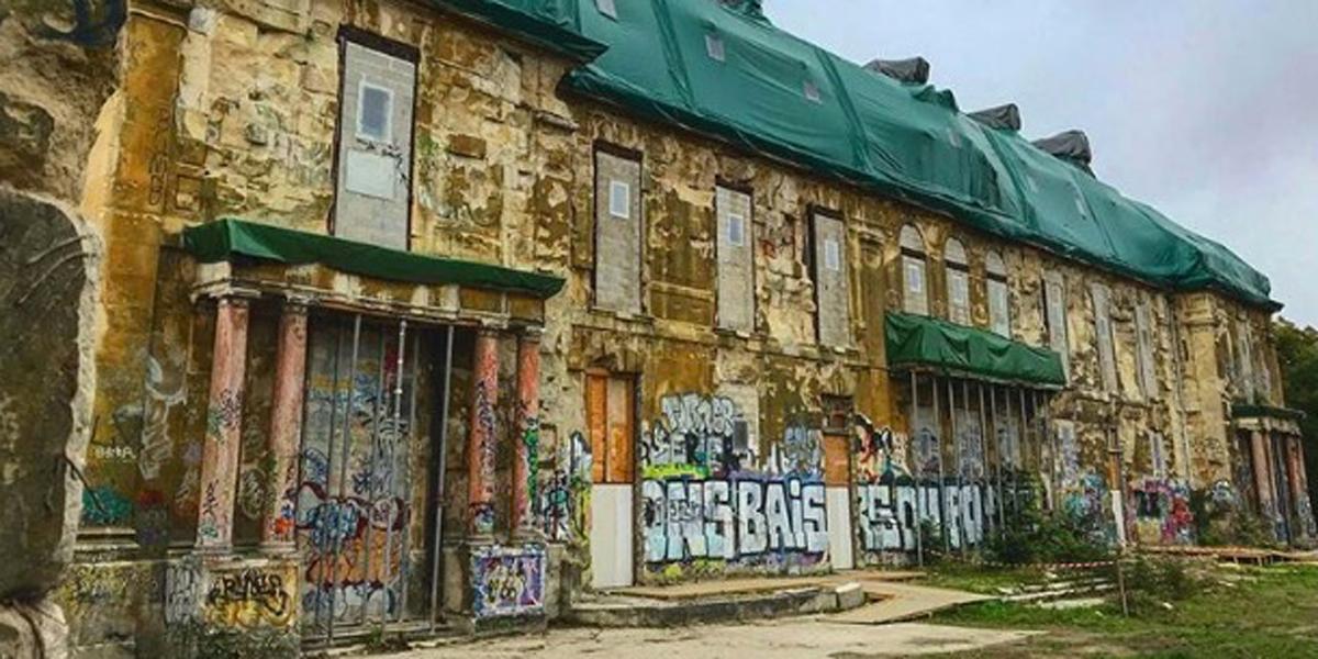 un-chateau-abandonne-hante-par-le-street-art-aux-portes-de-paris